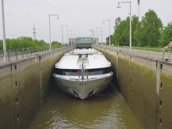 Schiffe, Schleusen und Kanäle